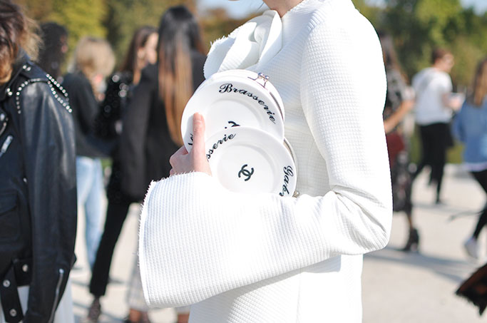 paris-ss16-chanel brasserie plate clutch